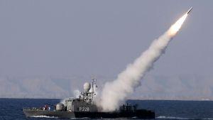 Iranilainen sotalaiva ampuu pitkän matkan Mehrab-ohjuksen Omaninlahdella tammikuussa 2012.