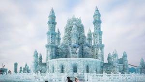 Jäästä rakennettu upea turkoosinvärinen jäälinna.