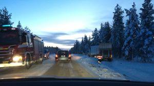 Kakslauttasen maanantaisessa liikenneonnettomuudessa venäläinen henkilöauto törmäsi ohitustilanteessa vastaantulleeseen suomalaiseen rekkaan.