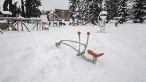 Leikkipuistoja ei aurata lumesta.