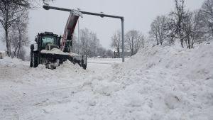 Traktori tekee lumitöitä
