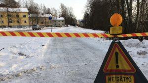 Tampereen Iidesrannan kevytliikenneväylä katkaistiin ikääntyneiden salavapuiden kaatamisen ajaksi.