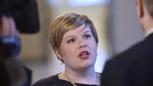 Perhe- ja peruspalveluministeri Annika Saarikkoa (kesk.) haastatellaan eduskunnassa Helsingissä 9. tammikuuta