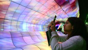 Vierailija kuvasi tv-ruutuja Las Vegasin elektroniikkamessuilla 8. tammikuuta.