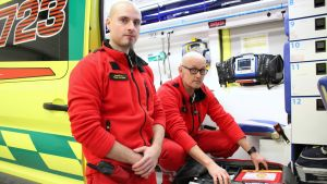 Ensihoitajat Tuomas Valtonen ja Vesa Parviainen ambulanssissa.