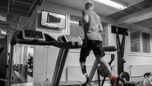 Jussi Lotvonen harjoittelee juoksumatolla.