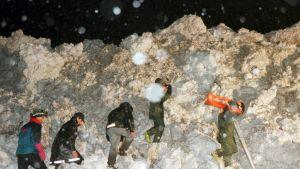 Pelastusmiehistöä lumivyöryssä.