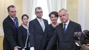 Kuvassa Jussi Niinistö, Hanna Mäntylä, Juha Sipilä, Anne Berner, Olli Rehn