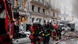 Palomiehet kantavat haavoittunutta.