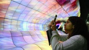 Messuvieras valokuvaa tv-ruutuja CES-messuilla Las Vegasissa.