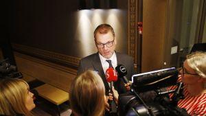Juha Sipilä median ympäröimänä Oulun kaupungintalolla.