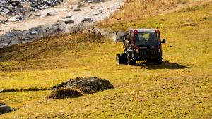 Maanviljelijä lannoittaa lietelannalla peltoa Itävallassa.