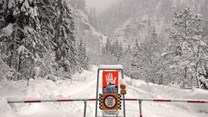 Lumivyörystä varoittava liikennemerkki Itävallassa.