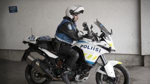 Moottoripyöräpoliisi.
