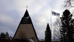 Pielisensuun kirkko seisoo Joensuun Tikkamäellä.