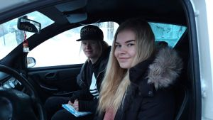 Armida Pajala ja Mikael Ukonmäki havaitsivat apua tarvitsevan vanhuksen talviyössä ja olivat ensimmäisinä auttamassa.