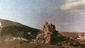 Bloggeri NUKES@atomicarchive julkaisman kuvan sanotaan esittävän Neuvostoliiton 2.8.1987 Novaja Zemljalla tekemästä maanalaisesta ydinkokeesta karkuun päässyttä räjähdyspilveä.