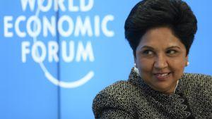 Kuvassa Indra Nooyi hymyilee, taustalla Maailman talousfoorumin logo.