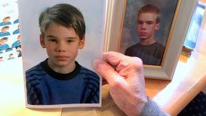 Jari Pesosen koulukuva Joensuusta. Taustalla toinen saman pojan kuva vanhempana.