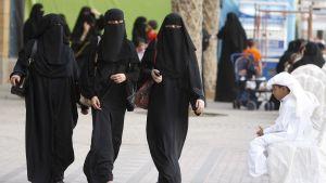 Saudinaisia kävelemässä kadulla.
