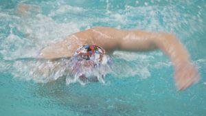Ari-Pekka Liukkonen ui AaltoAlvarin uimahallissa Jyväskylässä.