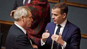 Antti Rinne ja Petteri Orpo keskustelevat.