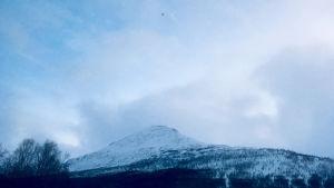 Helikopteri taivaalla Tamokdalenin päällä.
