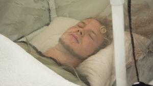 Soutaja Joel Naukkarinen nukkuu alppiteltassa
