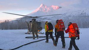 Pelastustyöntekijöitä Tamokdalenin laaksossa 17. tammikuuta.
