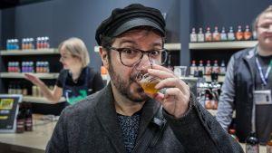 Jascha Farhangi maistelee Musta virran panimon olutta.
