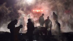 Palomiehet sammuttavat tulipaloa ja keräävät uhreja.