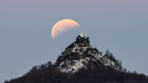 Kuunpimennys Salgo linnalla Salgotarjanissa Unkarissa aamun jo sarastaessa.