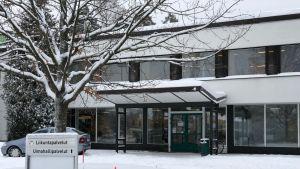 Luminen uimahallirakennuksen sisäänkäynnin edusta.