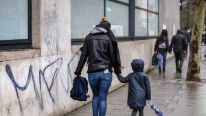 Äiti ja lapsi kadulla