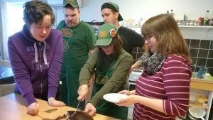 Salon Ihme ja Kumma -kahvilassa työskentelee toistakymmentä nuorta.