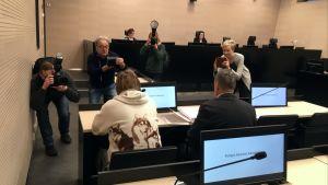 Valokuvaajat kuvaavat Kiihtelysvaaran kirkkopalosta syytettyä miestä Pohjois-Karjalan käräjäoikeudessa 22.1.2019