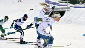Nicole Monsorno, Anita Korva ja Frida Karlsson hiihtävät rinnakkain.