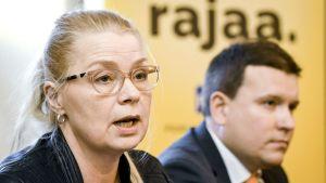 Leena Meri ja Ville Tavio perussuomalaisten tänään tiedotustilaisuudessa.