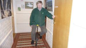 Rautavaaran kunnanjohtaja Unto Murto on harjoitellut yksipyöräisellä ajoa.