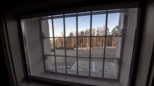 Näkymä vankilan ikkunasta kaltereiden takaa.