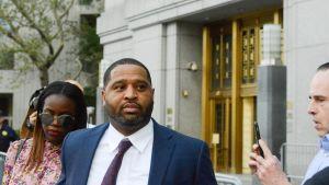 Emanuel Richardson poistuu oikeustalolta.