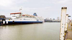 P&O -varustamon lautta Oostenden satamassa Belgiassa.