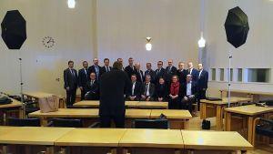 C21-kaupunkien johtajat yhteiskuvassa Seinäjoen valtuustosalissa.