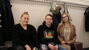 Katja Räsänen, Egor Kisliakov ja Eeva Kiiski lukion penkillä istumassa