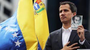Oppositiojohtaja Juan Guaidó esitti vannovansa presidentin virkavalan keskiviikkona Caracasissa.