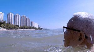 Hong Ying käy yhä säännöllisesti uimassa Hongkongin edustalla.