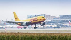 DHL:n rahtikone laskeutumassa Stuttgartin lentoasemalle.