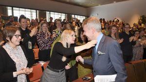 Heidi Hautala seuraa vierestä kun Marja Ohisalo halaa puheenjohtaja Pekka Haavistoa.