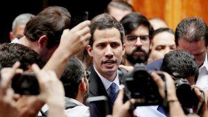 Juan Guaidó lehdistön ja kannattajien ympäröimänä.