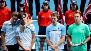 Nicolas Mahut, Pierre-Hugues Herbert, John Peers ja Henri Kontinen seisovat rivissä palkintojenjaossa.